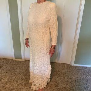 Vintage Cream Lace Dress w/Ruffled Bottom. Size 10